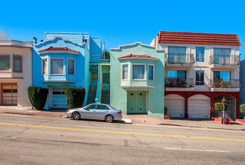 Färgrika hus på att slutta gatan i San Francisco. arkivfoto