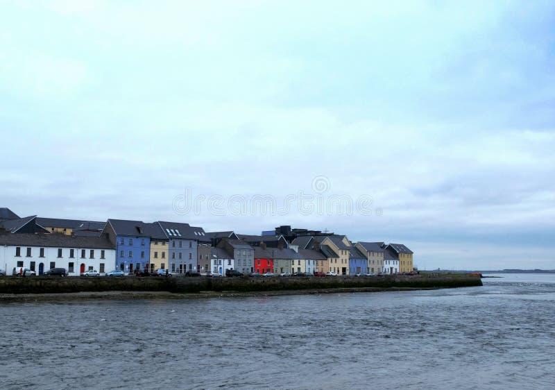 Färgrika hus på den Galway sjösidan royaltyfri bild
