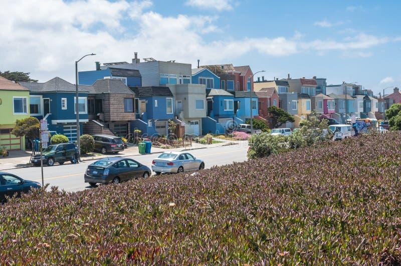 Färgrika hus på havstranden, San Francisco royaltyfri foto