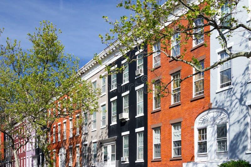 Färgrika hyreshusar i den Greenwich byn, New York City arkivbilder