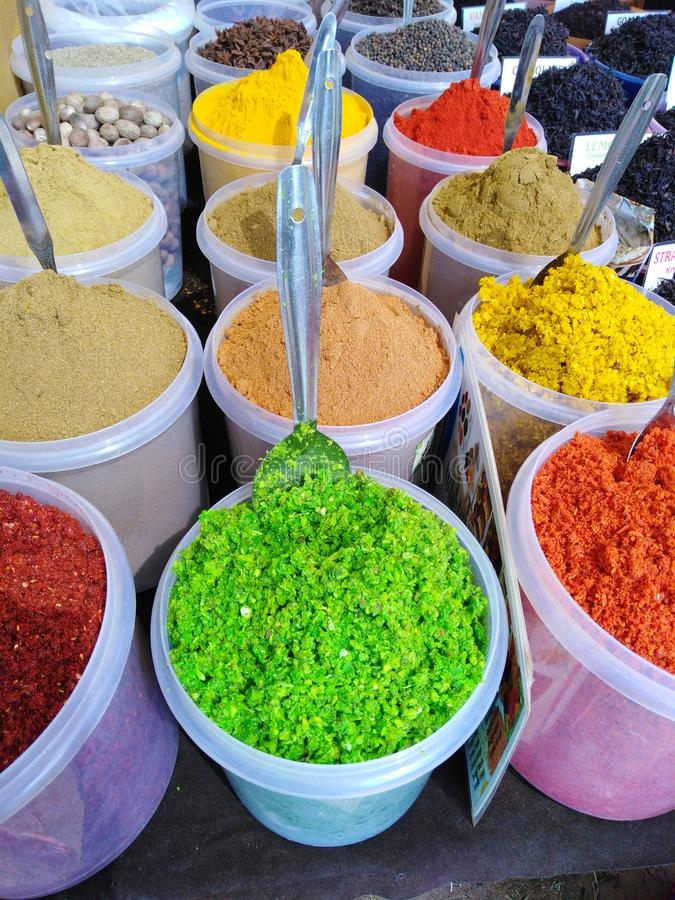 Färgrika indiska kryddor i den Anjuna marknaden, Goa, Indien fotografering för bildbyråer