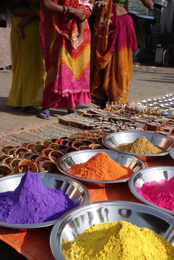 färgrika indiska pulver royaltyfria foton