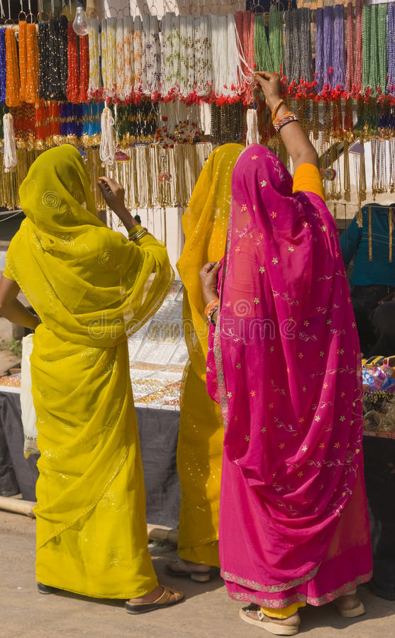 färgrika indiska shoppare arkivbild