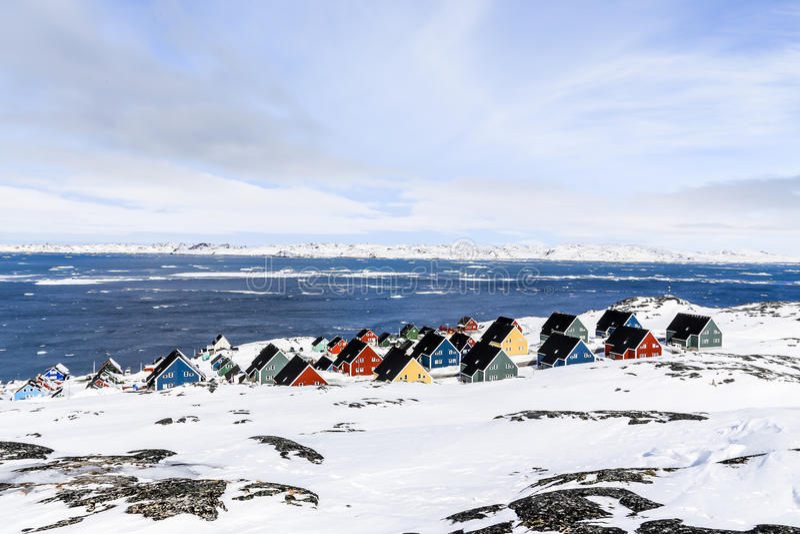Färgrika inuithus i en förort av arktiska huvudNuuk arkivfoton