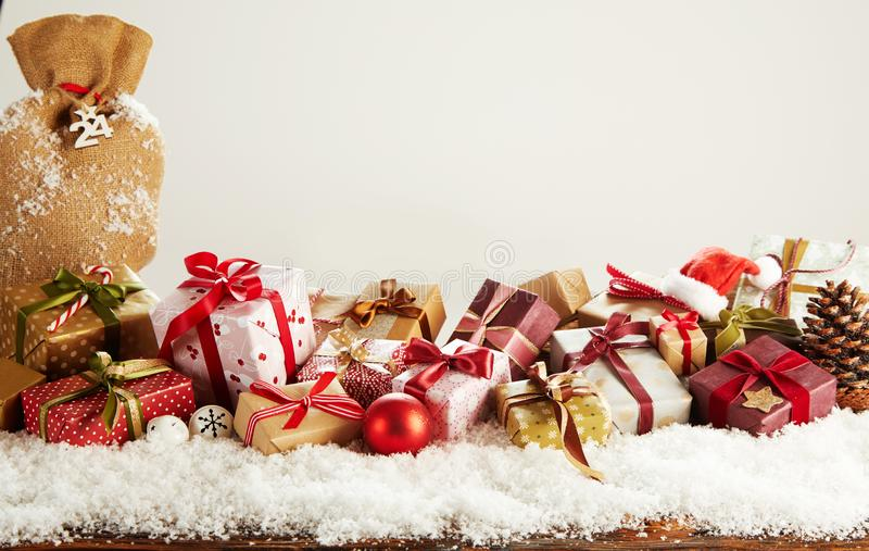 Färgrika julgåvor ted med band och pilbågar royaltyfri foto