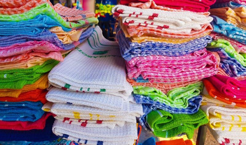 Färgrika köktorkdukar som är till salu i en traditionell marknad arkivfoton