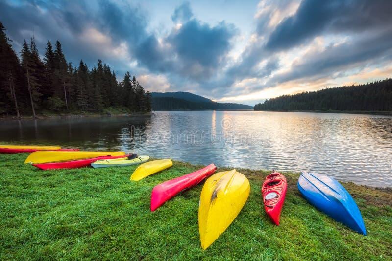Färgrika kanoter på stranden royaltyfri foto