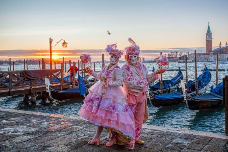 Färgrika karnevalmaskeringar på en traditionell festival i Venedig, Italien royaltyfri bild