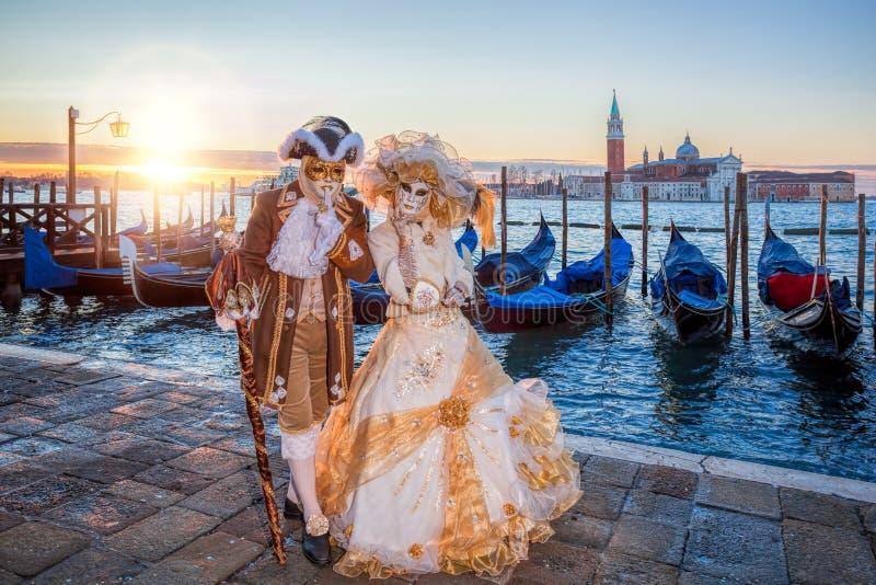 Färgrika karnevalmaskeringar på en traditionell festival i Venedig, Italien arkivbild