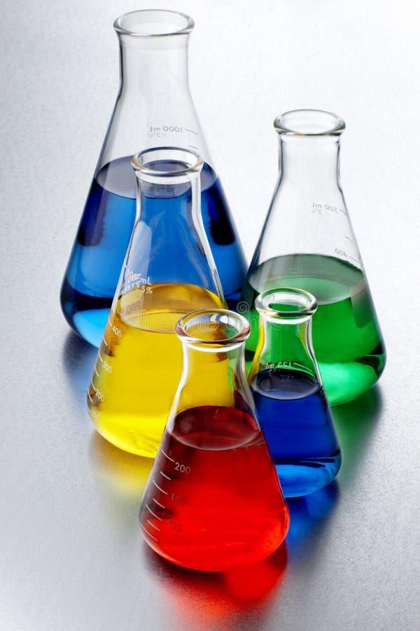 färgrika kemikalieer royaltyfri foto