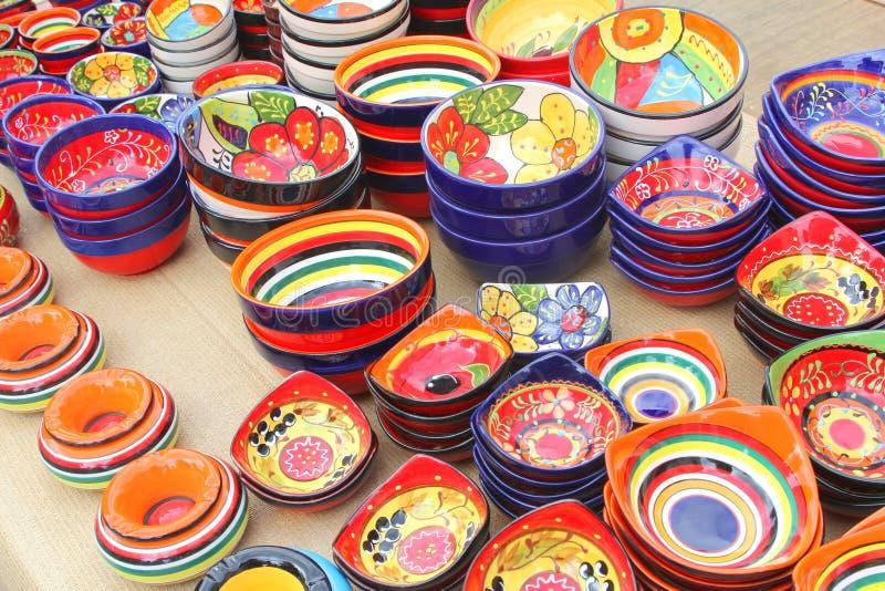 Färgrika keramiska souvenir på marknaden av Sineu, Mallorca, Spanien royaltyfri bild