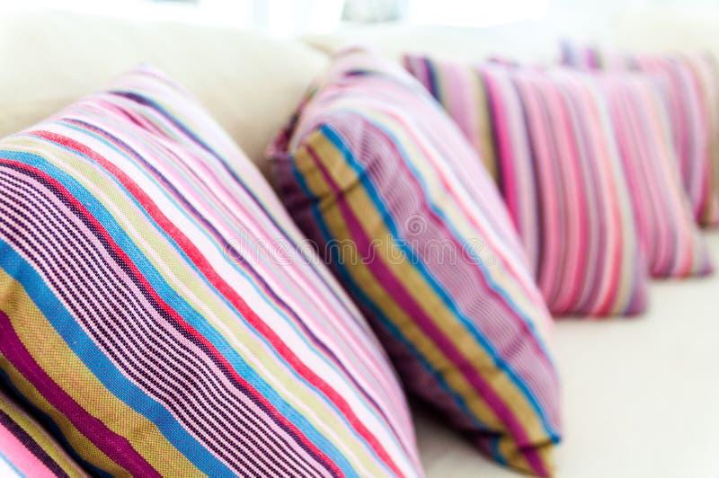 Färgrika kikoikuddar på soffan royaltyfria bilder