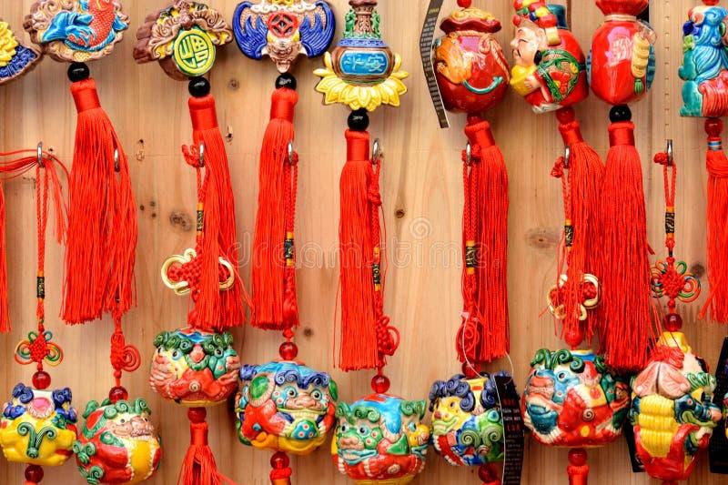 Den färgrika skyddande talismanen i kinesiskt traditionellt utformar arkivbilder