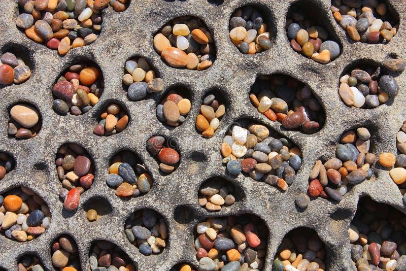 Färgrika kiselstenar på Bean Hollow Beach, Kalifornien royaltyfri bild