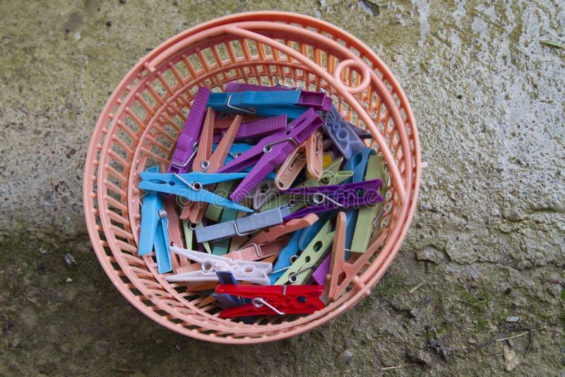 Färgrika klämmor för hängande tvätteri på land royaltyfri foto