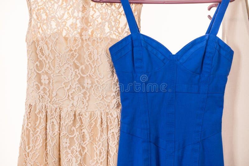 Färgrika klänningar som hänger på klädhängare royaltyfri foto