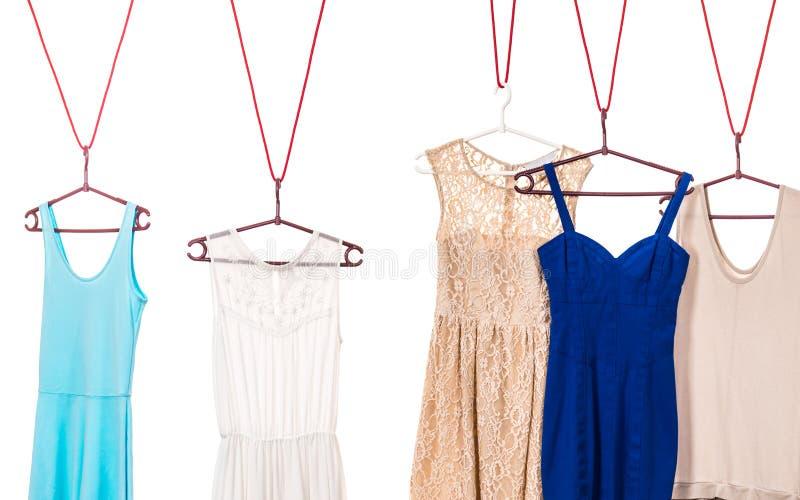 Färgrika klänningar som hänger på klädhängare royaltyfri fotografi