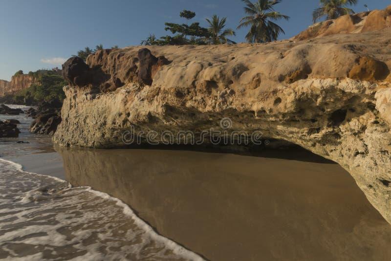Färgrika klippor på stranden - soluppgång royaltyfri foto