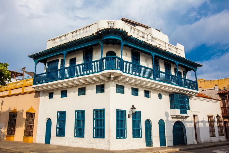 Färgrika koloniala hus på den walled staden av Cartagena de Indias fotografering för bildbyråer