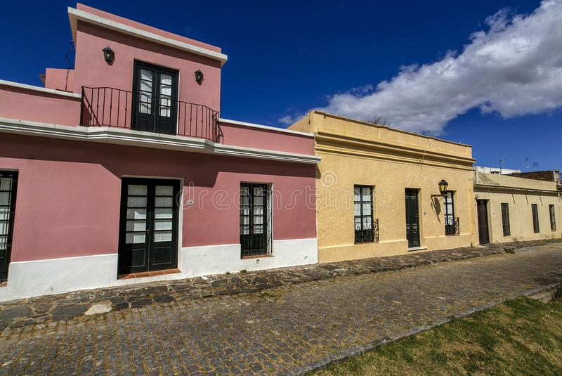 Färgrika koloniinvånarehus i Colonia del Sacramento, Uruguay fotografering för bildbyråer