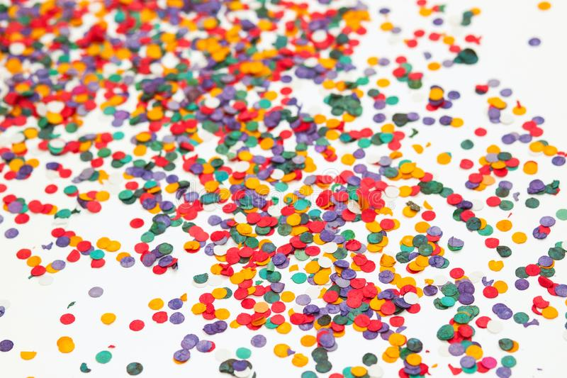 färgrika konfettiar för bakgrund mångfärgat Selektivt fokusera royaltyfria foton