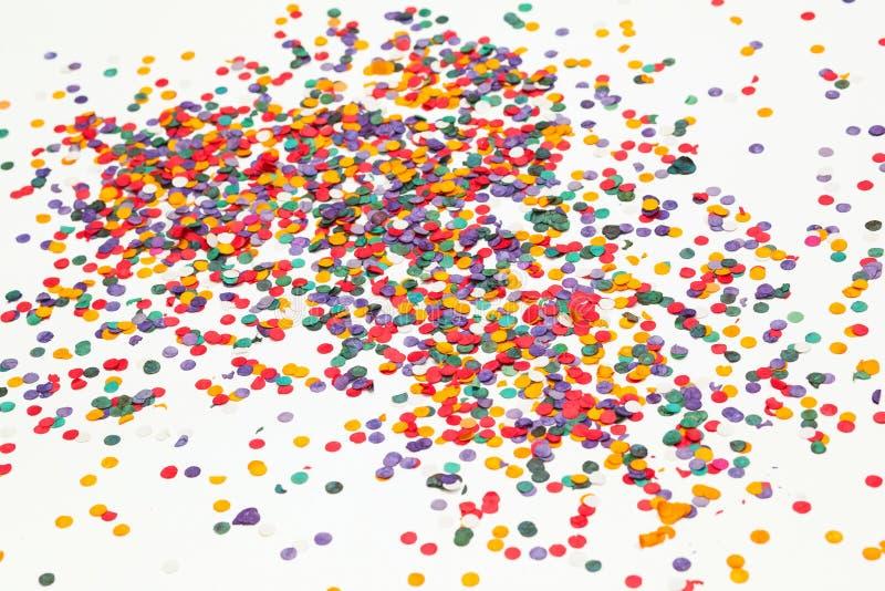 färgrika konfettiar för bakgrund mångfärgat Selektivt fokusera royaltyfri fotografi