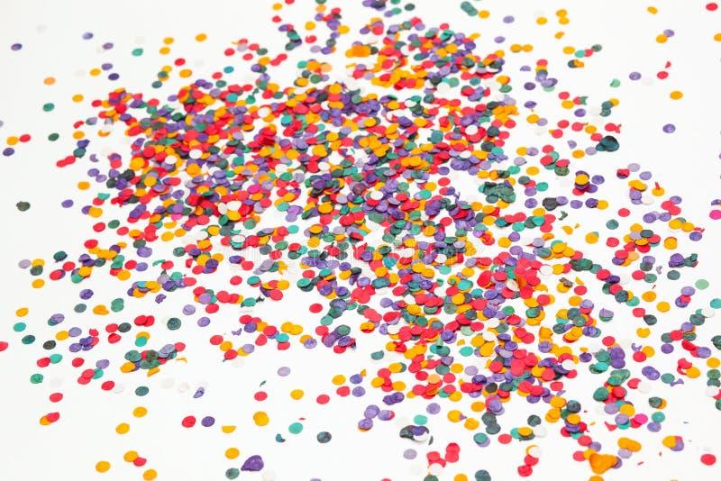 färgrika konfettiar för bakgrund mångfärgat Selektivt fokusera arkivfoton