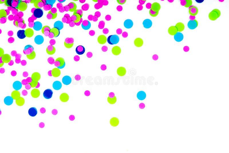 Färgrika konfettier på vit bakgrund arkivbilder