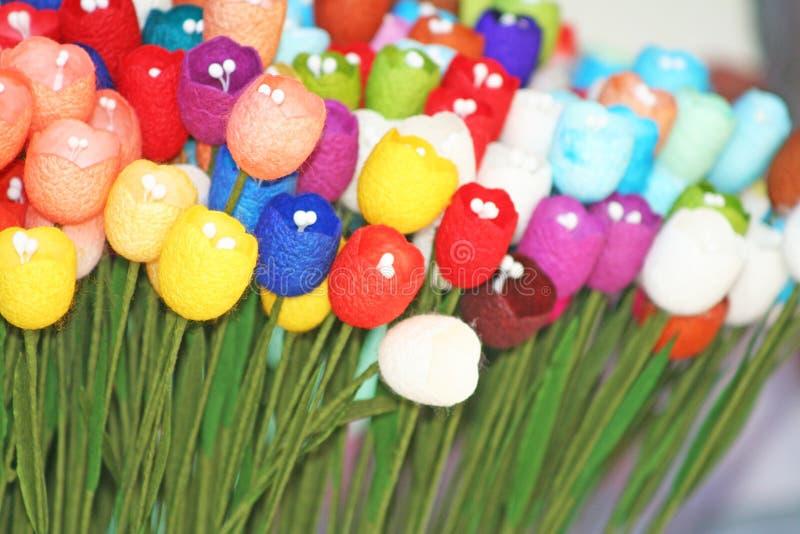 Färgrika konstgjorda blommor som göras från mullbärsträdpapper som är handgjort royaltyfri foto