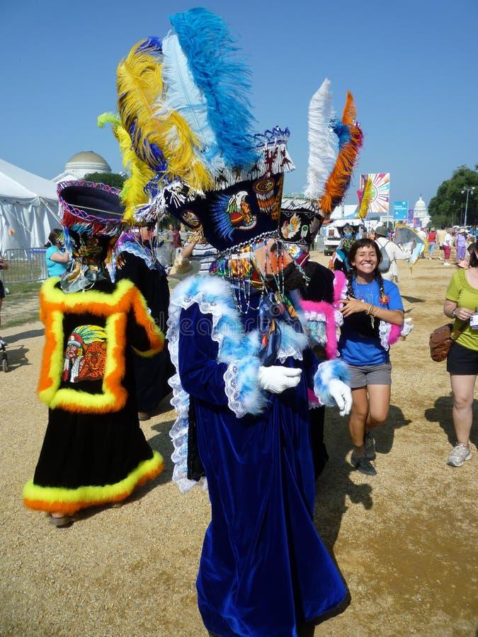 färgrika kostymerade aktörer arkivfoto