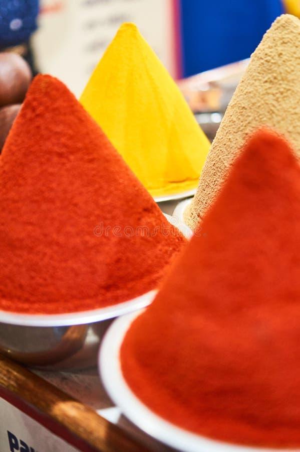 Färgrika kryddor in och den indiska kryddan shoppar royaltyfria bilder