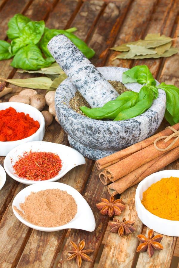 Färgrika kryddor på trätanble arkivfoto
