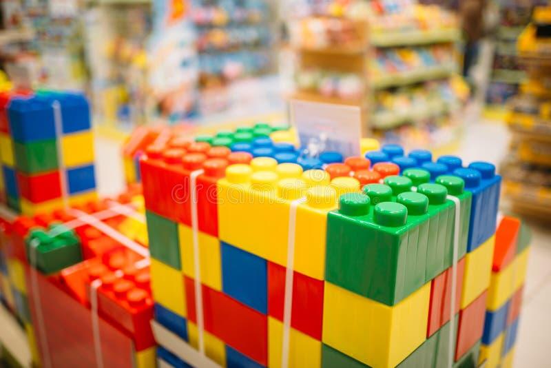 Färgrika kuber i leksaklager, bildande lekar arkivfoton