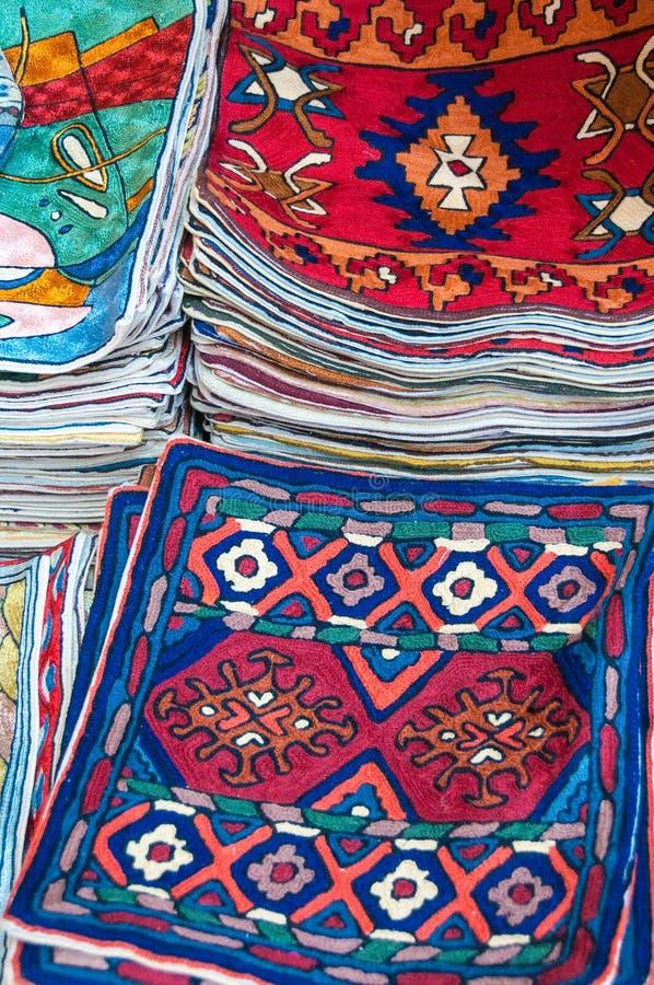 Färgrika kudderäkningar på försäljning i en shoppa Muttrah Souk, i Muttrah, Muscat, Oman, Mellanösten arkivfoto