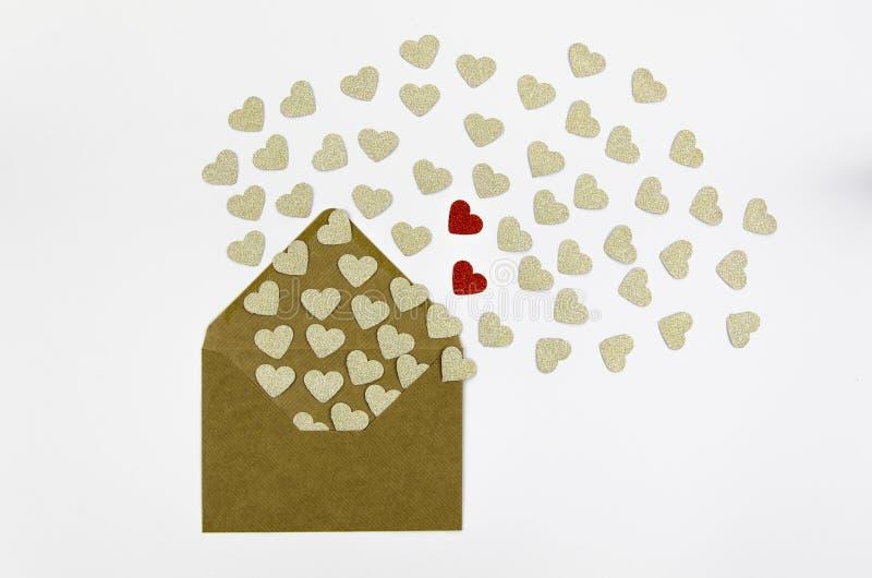 Färgrika kuvert för Valentine Day hälsningkort med hjärta Guld- och röda hjärtor häller ut ur kuvertet som isoleras på royaltyfri bild