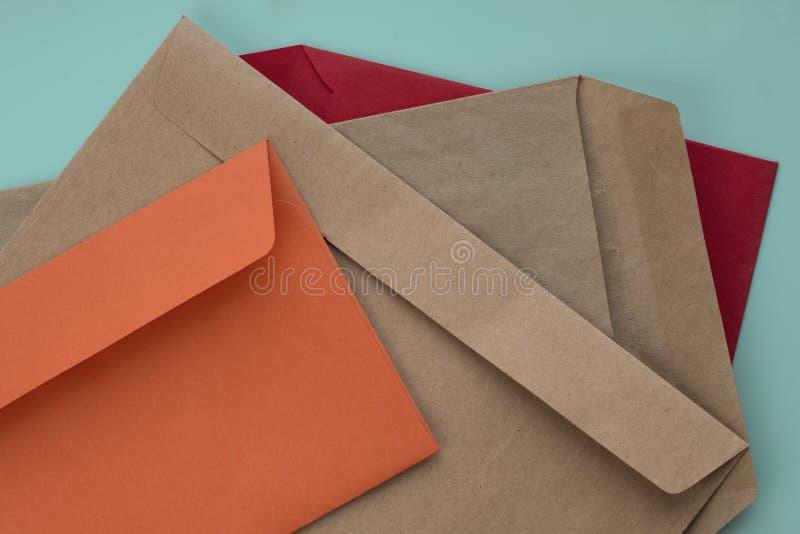 Färgrika kuvert på mintkaramellbakgrund arkivbilder