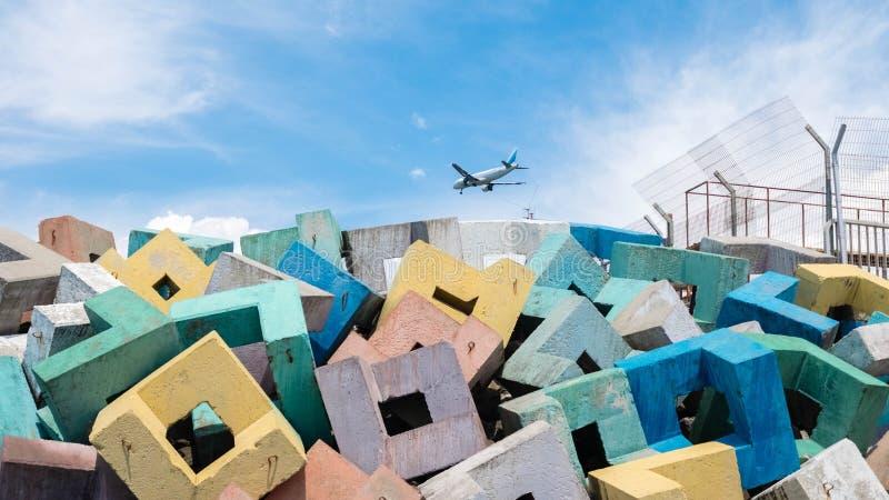 Färgrika kvarter med ett flygplan i molnen royaltyfri bild