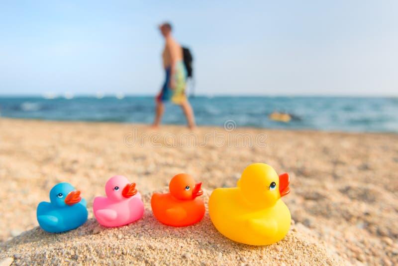 Färgrika leksaker på sommarstranden royaltyfri bild