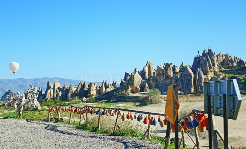 Färgrika leratillbringare längs Cappadocia Turkiet royaltyfria bilder