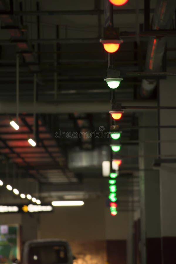Färgrika ljus i den underjordiska parkeringsplatsen fotografering för bildbyråer