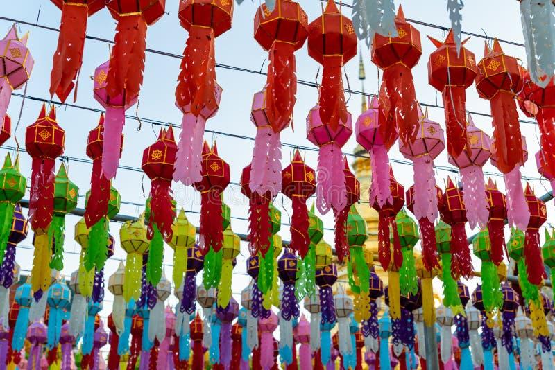 Färgrika lyktor hängde beautifully i den Hariphunchai templet royaltyfri foto