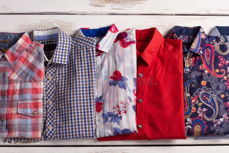 Färgrika mäns skjortor med olika tryck fotografering för bildbyråer