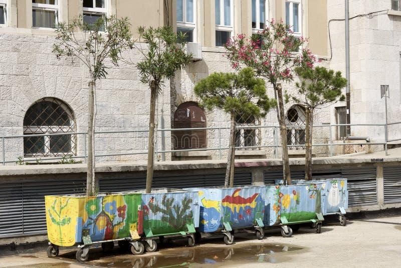 Färgrika målade avskrädebehållare royaltyfri bild