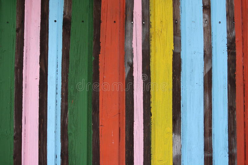 Färgrika målade band på träväggen arkivfoto