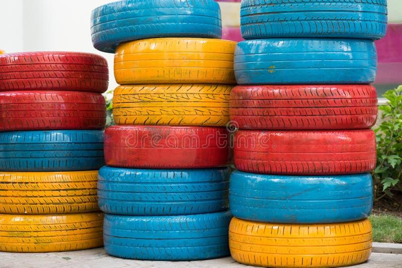Färgrika målade bilgummihjul Använt auto gummihjul för garnering arkivbild