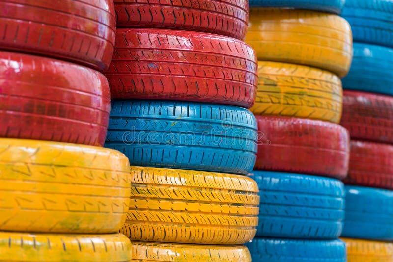 Färgrika målade bilgummihjul Använt auto gummihjul för garnering royaltyfri foto