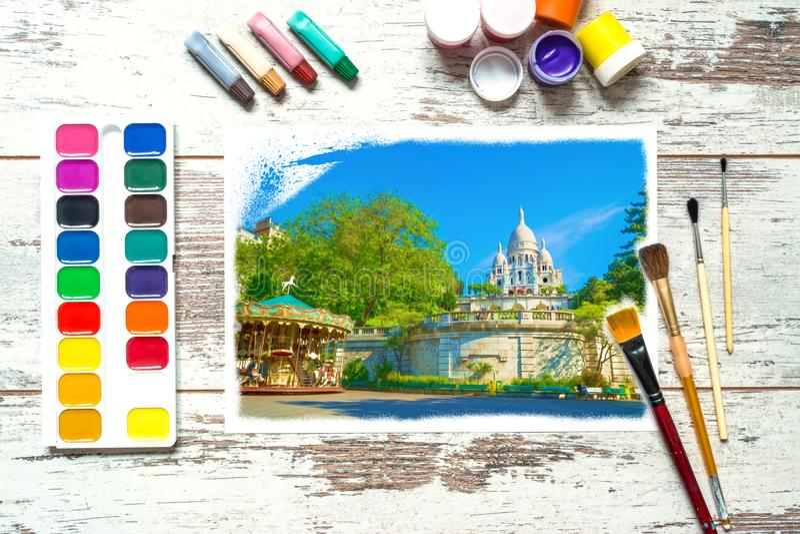 Färgrika målarfärger med borstar och a med en oavslutad färgrik teckning av ett landskap på ett stycke av vitbok, gouache, waterc royaltyfri fotografi