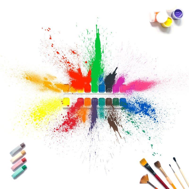 Färgrika målarfärger och borstar med mång--färgad sprejfärgstänkmålarfärg, gouache, vattenfärg som isoleras på vit bakgrund stock illustrationer