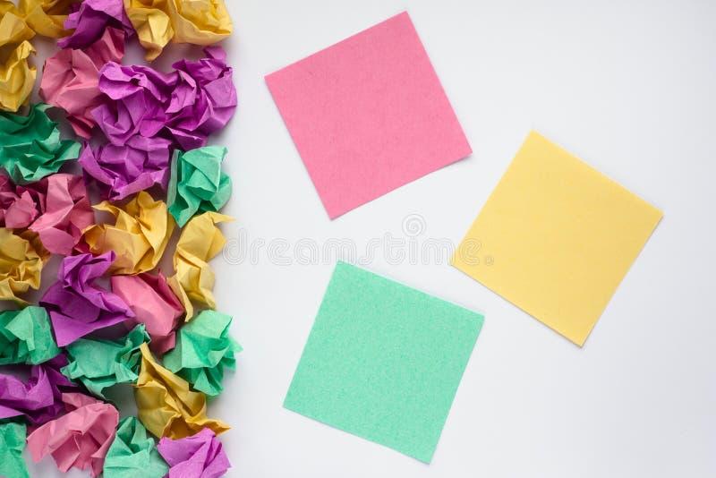 Färgrika mångfärgade klibbiga anmärkningar på vit bakgrund Klistermärkeanmärkning books isolerat gammalt för begrepp utbildning k fotografering för bildbyråer