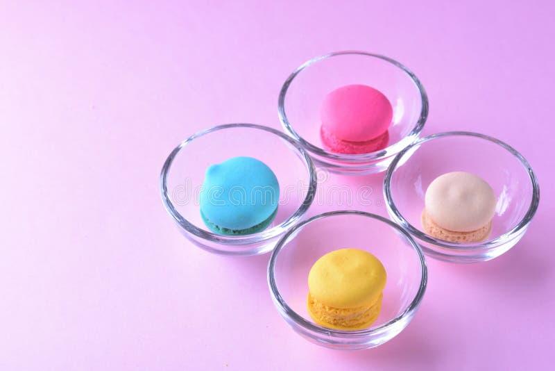 Färgrika macarons eller makron i söt beauti för Glass koppefterrätt royaltyfri foto
